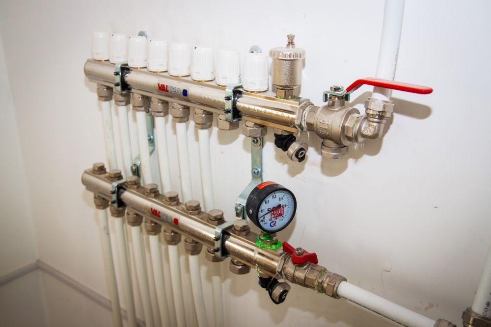 В демонстрационном доме система отопления находится в полу, в каждой комнате возможно индивидуальное управление температурой воздуха.