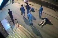 Момент избиения попал на запись видеокамеры.