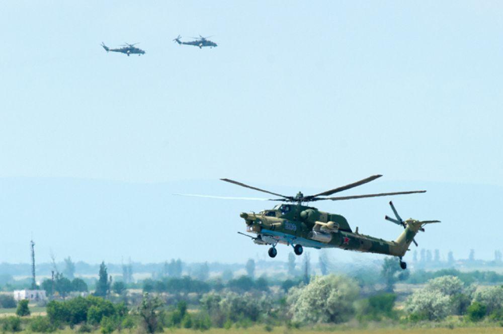 Ударные вертолёты Ми-28H «Ночной охотник» совершают тренировочные полёты на аэродроме «Кировское».