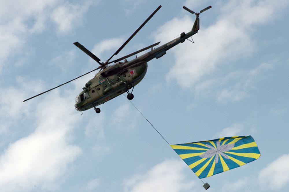 Вертолёт Ми-8 выполняет тренировочные полёт.