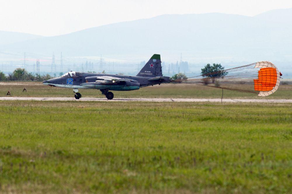 Самолёт Су-25 совершает посадку после тренировочного полёта.
