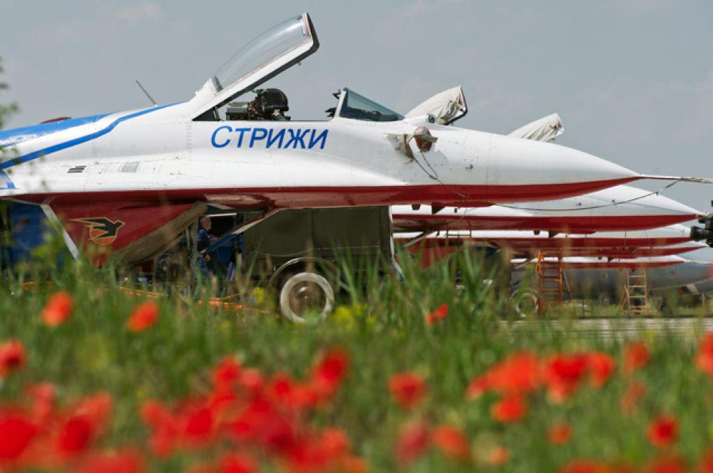 Самолёты пилотажной группы «Стрижи» на аэродроме «Кировское» во время подготовки ко Всероссийским соревнованиям военных лётчиков «Авиадартс» в Крыму.