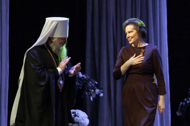 Наталья Комарова приняла юбилейную медаль из рук митрополита Павла.