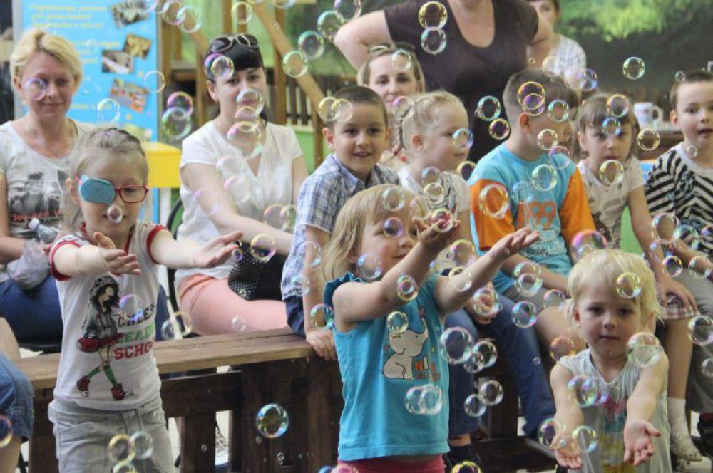 Дети в восторге от мыльных пузырей.