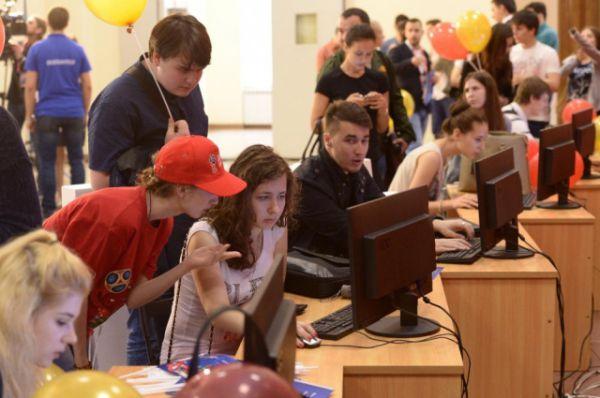 После официальной части кандидаты в волонтеры подали первые заявки. Для этого в ДГТУ было оборудовано около 100 рабочих мест.