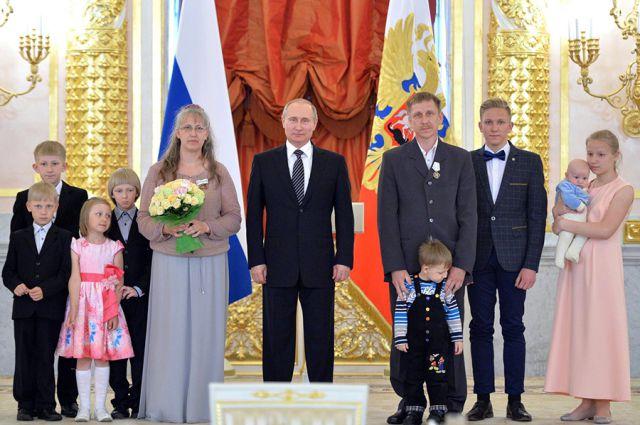 Президент РФ Владимир Путин наградил многодетную семью из Черняховска.