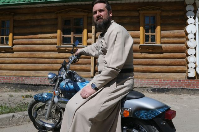 Журналисты записали священника в байкеры.
