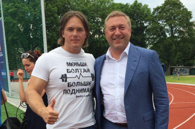 Тяжелоатлет Дмитрий Лапиков стал одним из первых волонтеров на ЧМ-2018. На фото - с главой Калининграда Александром Ярошуком.
