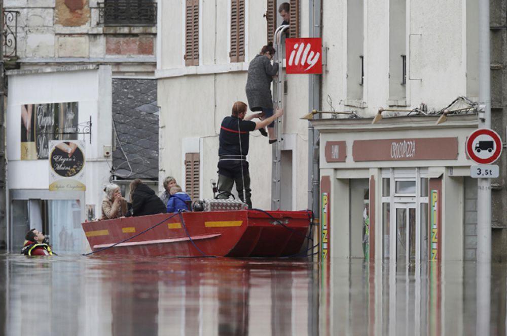 Работа спасателей в Монтаржи.