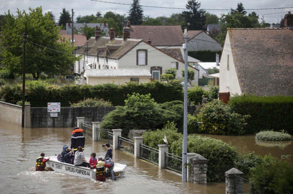 Аналогичная ситуация наблюдается и в пригородах. Так, осложнен доступ в Орлеан, что в 130 км к юго-западу от Парижа, поскольку под водой оказались значительные участки ведущей в город автострады А10.