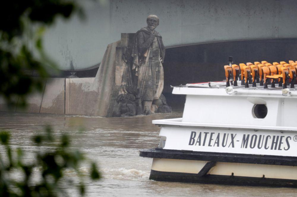 Началом паводка считают момент, когда вода доходит до сапог зуава. Во время крупнейшего наводнения 1910 года, было видно лишь плечи и голову памятника.