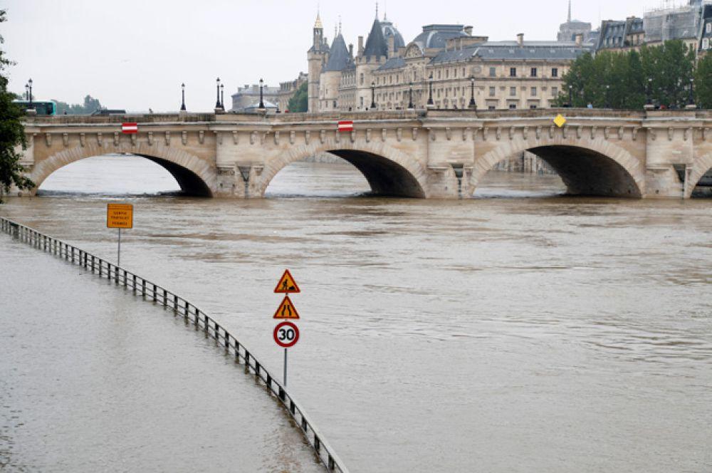 Уровень воды в Сене утром 1 июня поднялся до отметки в 4,1 метра.