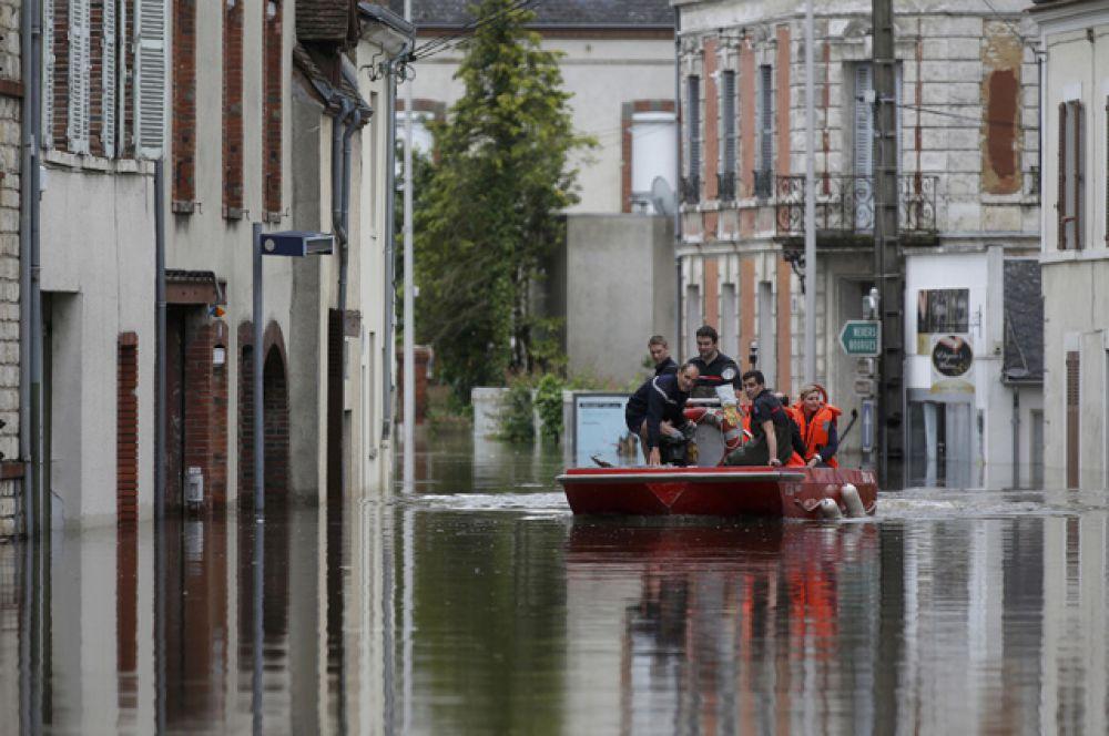 В городе Монтаржи в 110 км к югу от Парижа проводится эвакуация жителей.