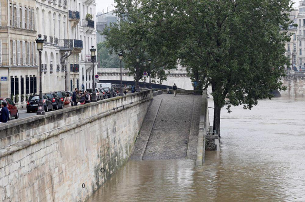 Залиты водой нижние уровни четырёх набережных, расположенных в разных частях города, доступ к ним закрыт.