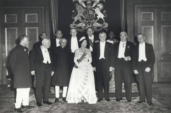 После коронации в 1953-1954 годах королева совершила шестимесячное турне по государствам Содружества, британским колониям и другим странам мира. Елизавета II стала первым монархом, посетившим Австралию и Новую Зеландию. Она продолжила свои путешествия в 1961 году, когда совершила визиты на Кипр, в Ватикан, Индию, Пакистан, Непал, Иран и Гану.