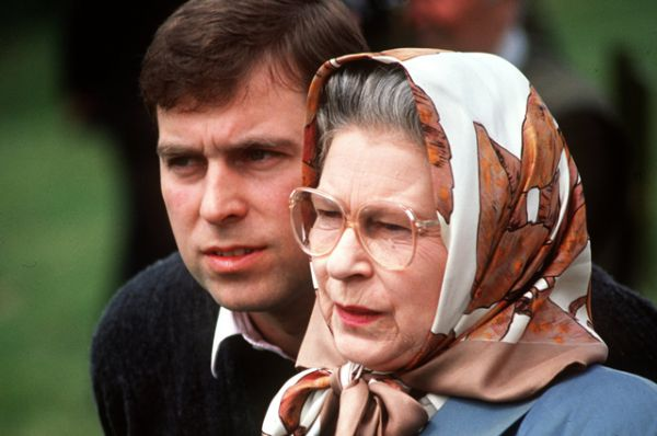 1992 год стал «ужасным годом», по определению самой Елизаветы. Двое из четырёх детей королевы — принц Эндрю и принцесса Анна — развелись со своими супругами, принц Чарльз разошёлся с принцессой Дианой, Виндзорский замок сильно пострадал от пожара, на королеву была возложена обязанность по выплате подоходного налога, заметно сократилось финансирование королевского двора. На фото: с принцем Эндрю.