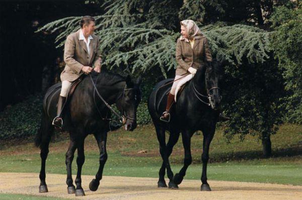 Елизавета II на прогулке возле Виндзорского замка с Рональдом Рейганом, 1982 год.