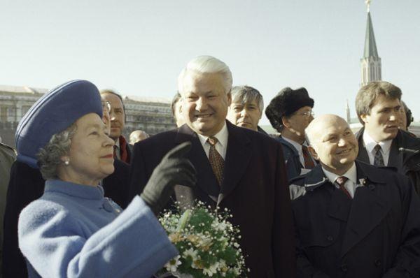 Президент России Борис Ельцин, королева Великобритании Елизавета II и мэр города Москвы Юрий Лужков на Красной площади во время официального визита королевы в Россию, 1994 год.