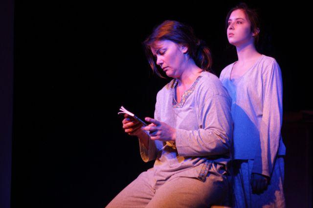 Французская актриса (слева) вдохновила омский театр на создание спектакля.