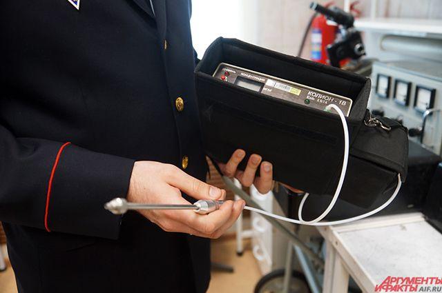 На место преступления эксперт выезжает со специальным чемоданом.