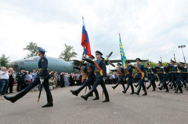 Почетный караул на торжественной церемонии передачи Министерством обороны РФ военно-транспортного самолета Ан-12 в качестве экспоната в Центральный музей Великой Отечественной войны в Москве.