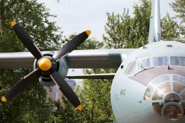 Военно-транспортный самолет Ан-12, переданный Министерством обороны РФ в качестве экспоната в Центральный музей Великой Отечественной войны в Москве.