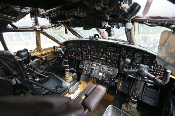 Кабина пилотов военно-транспортного самолета Ан-12.