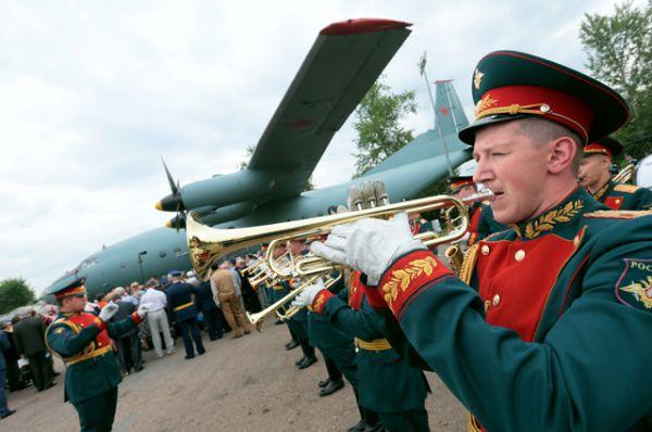 Торжественная церемония передачи Министерством обороны РФ военно-транспортного самолета Ан-12 в качестве экспоната в Центральный музей Великой Отечественной войны в Москве.