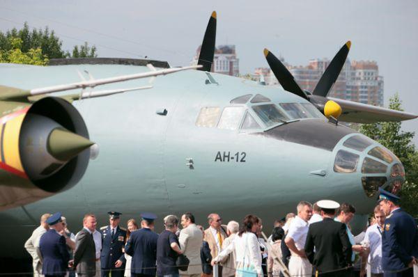 Посетители на церемонии передачи Министерством обороны РФ военно-транспортного самолета Ан-12 в качестве экспоната в Центральный музей Великой Отечественной войны в Москве.