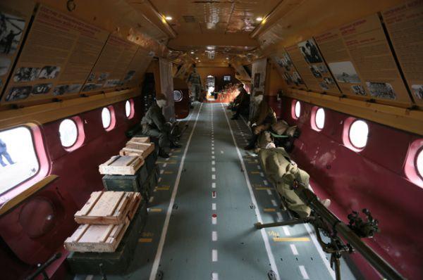 Грузовой отсек военно-транспортного самолета Ан-12.