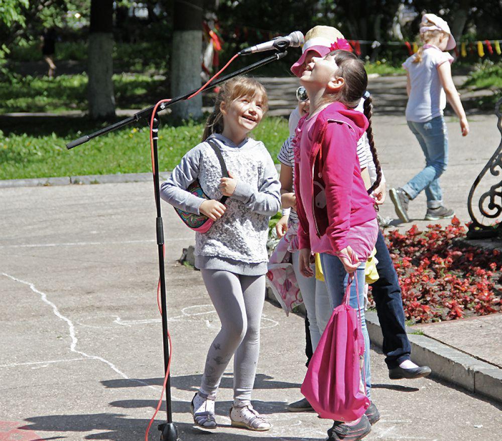 Ещё до начала церемонии дети тщательно опробовали микрофон