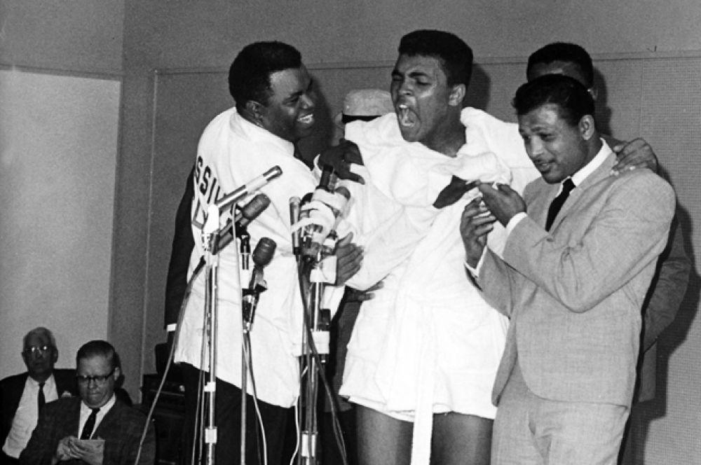 Кассиус Клей на пресс-конференции после победы над Сонни Листоном в Майами-Бич. 25 февраля 1964 года.