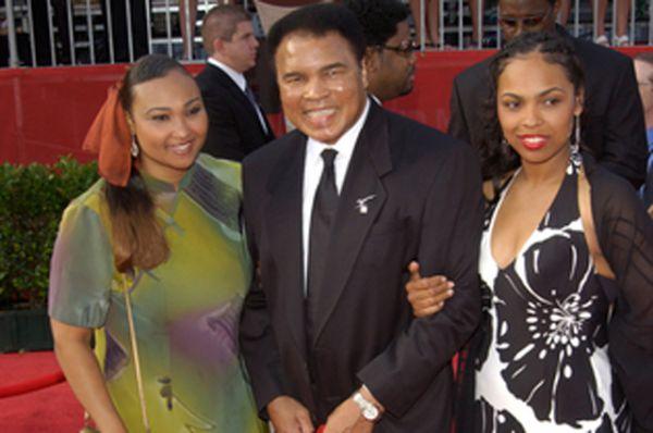 Мохаммед Али с дочерьми.