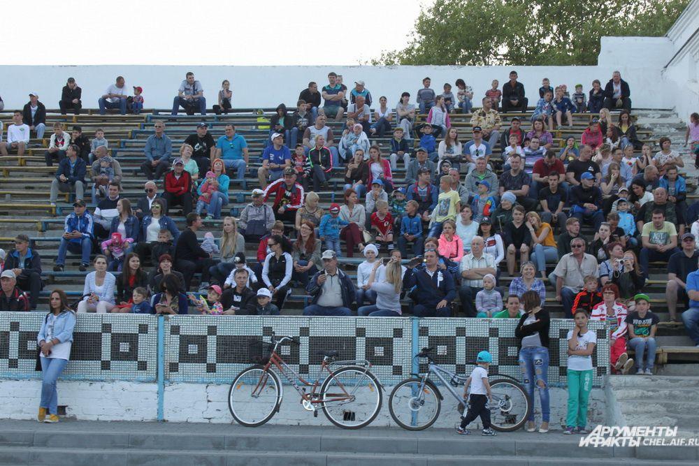 Поддержать сборную Копейска собрались многочисленные болельщики.
