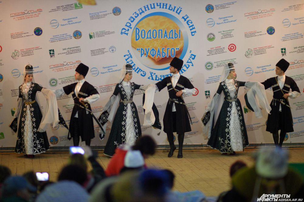 Адыгейские танцы на празднике.