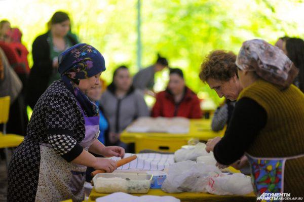 Зрители наблюдали за каждым этапом приготовления выпечки.