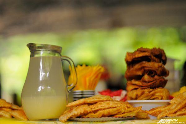 Адыгейский напиток «Бахсыма» и национальная выпечка.