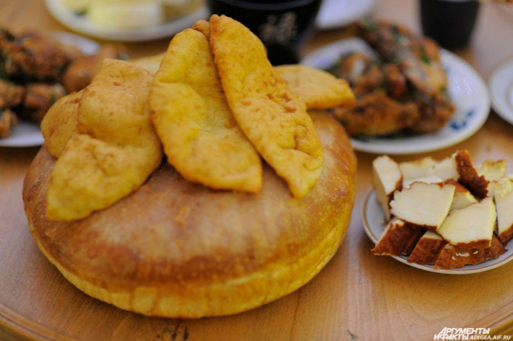 Адыгейский слоеный хлеб и копченый адыгейский сыр.