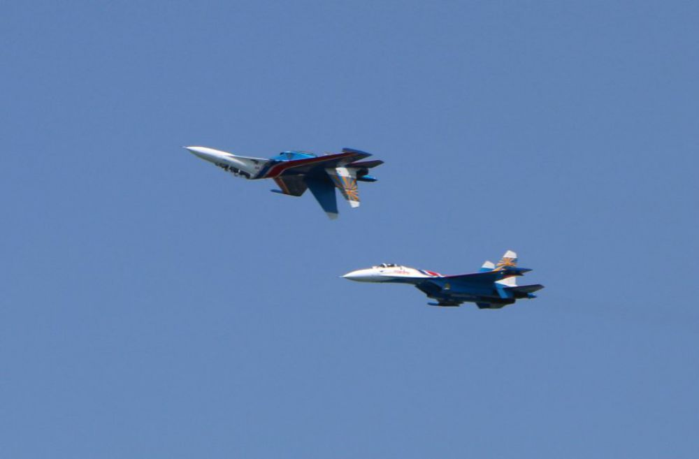 Авиационная группа «Русские Витязи» была сформирована в 1991 году. На фото – фигура высшего пилотажа «Зеркало»