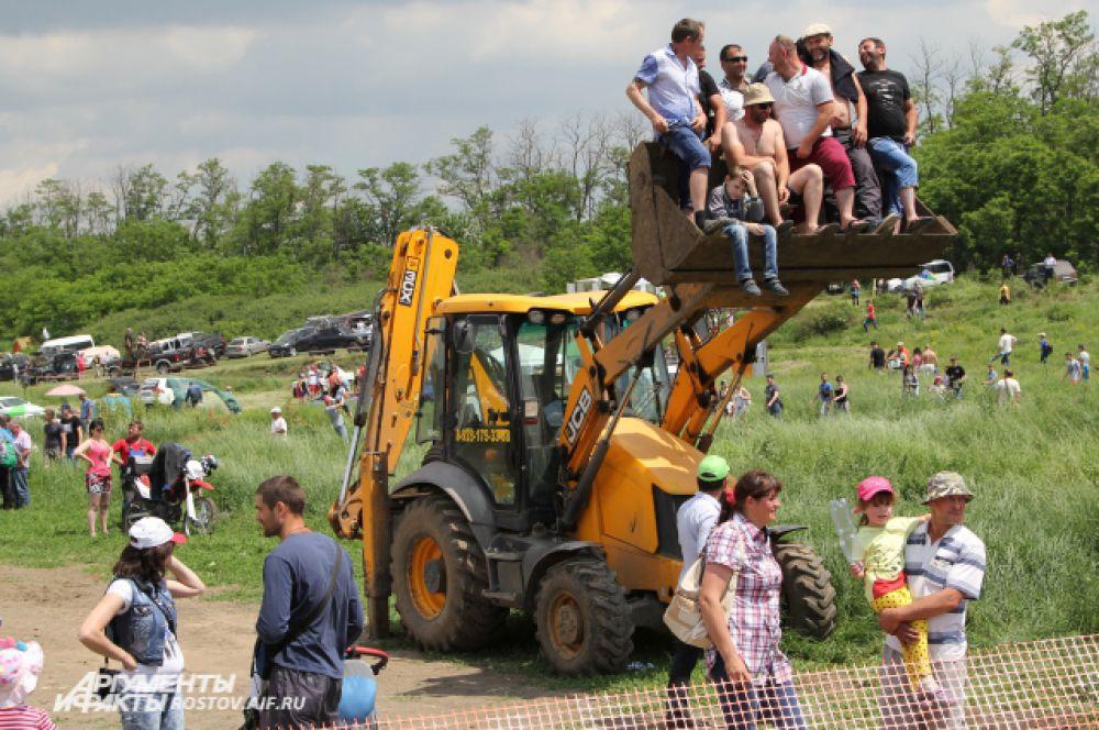Болельщики использовали любое удобное приспособление, чтобы посмотреть гонку.