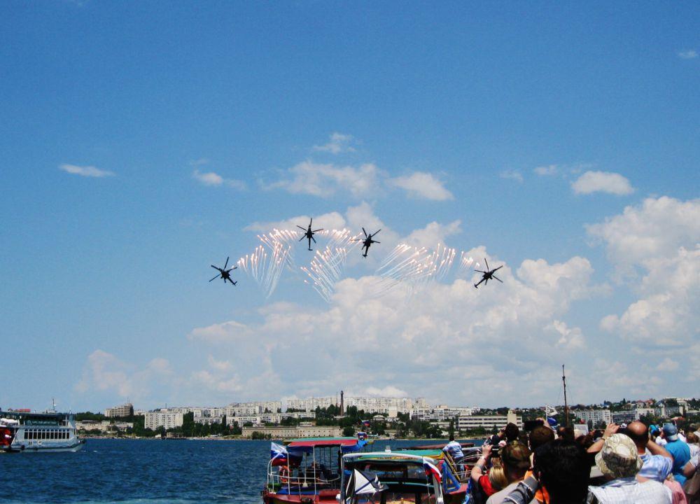 Открывали авиашоу пилотажная группа «Беркуты» на ударных вертолётах Ми-28Н «Ночной охотник»