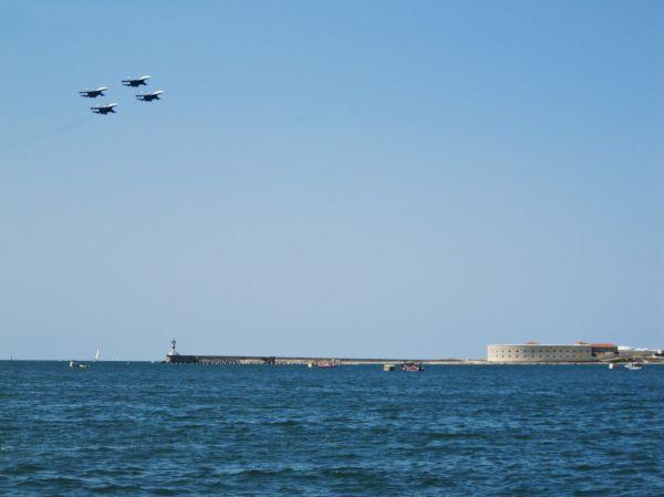 Истребители на фоне Константиновской батареи, которая расположена на входе в Севастопольскую бухту