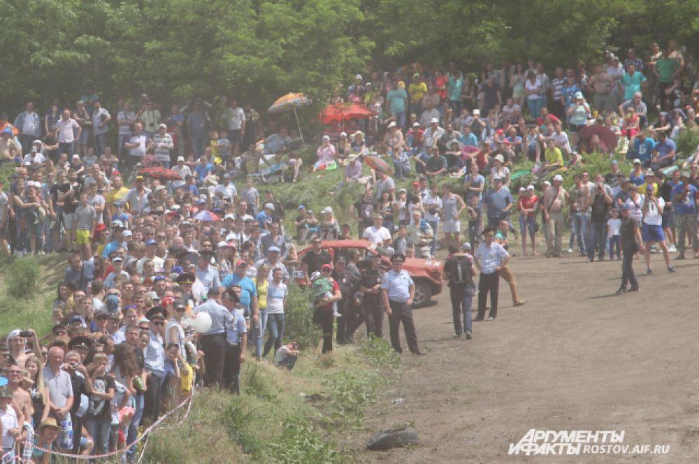Машина из гонок на выживание врезалась в толпу зрителей. К счастью, никто серьезно не пострадал. Больше всех досталось полицейскому, который стоял на переднем рубеже, на его ногу наехала машина.