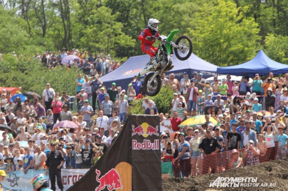 В перерывах между этапами зрителям предлагали другие соревнования.  Фристайлеры показывали рискованные трюки. Их смелые прыжки на мотоциклах полюбились зрителям.