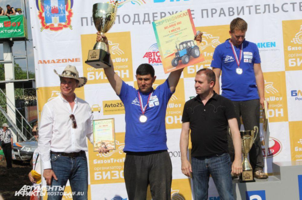 Али Ахметов из Веселовского района Ростовской области с Кубком победителя. За спиной его склонил голову Александр Гречкин, представитель Азовского района, занявший 2-е место.