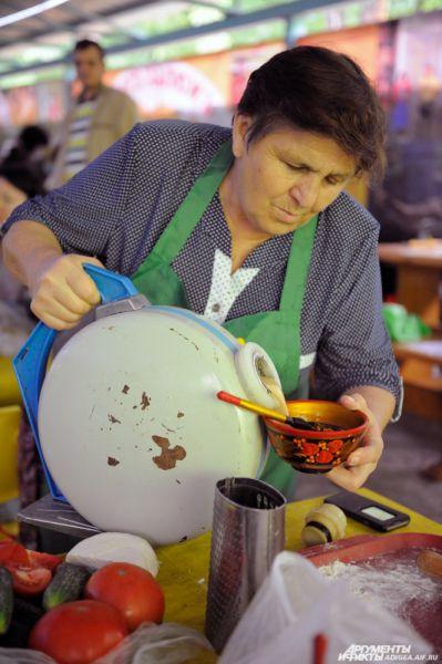 Столы украшали деликатесы национальной кухни.