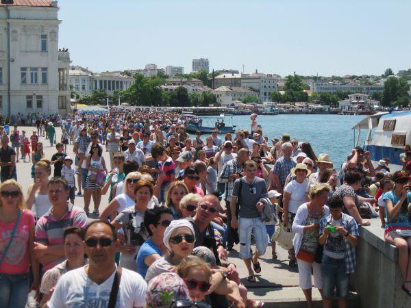 Огромное количество людей собралось на берегу Севастопольской бухты, чтобы насладиться красочным зрелищем