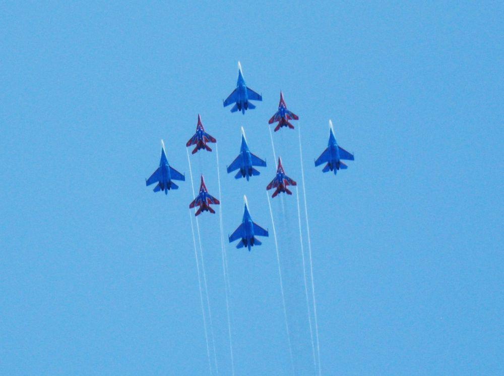 «Стрижи» и «Русские витязи» — пожалуй, две самые известные российские пилотажные группы.  «Стрижи» летают на самолетах МиГ-29, а «Русские витязи» – на Су-27.