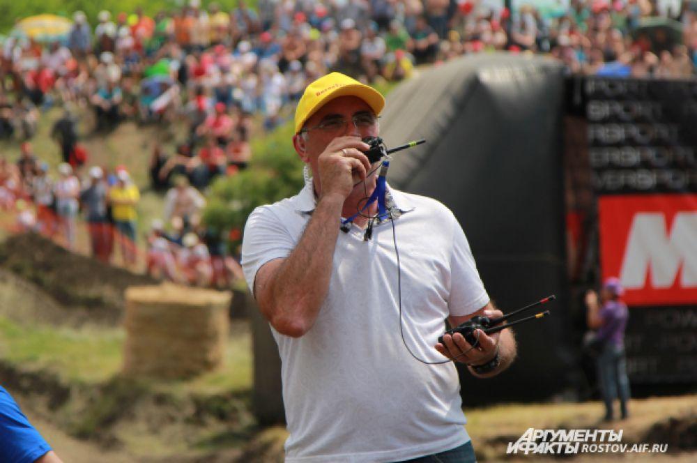 Главный продюсер гонок с тремя рациями. Именно этот человек отдает команды по старту тракторов.