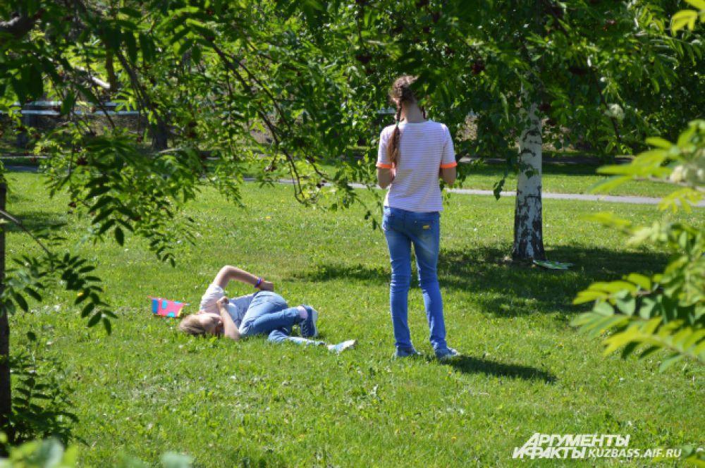 А те, кто слишком устал от физических нагрузок, могли поваляться на мягкой траве и погреться под солнцем.